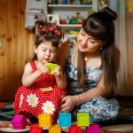 девочка играет в кубики