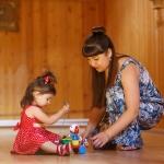 фотография девочка играет с мамой
