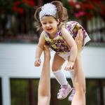 девочка летает на руках у папы