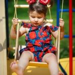 фотография девочка на качелях