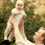 девочка летает на папиных руках