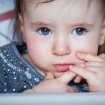 девочка с серыми глазами