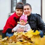 семья и желтые листья