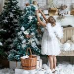 девочка наряжает елку совместно с www.kovtundesign.ru