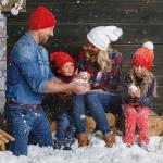 фотография дети лепят снежки совместно с www.kovtundesign.ru