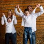 фотография дети и родители на сене