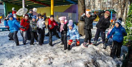 Игра в снежки на прогулке