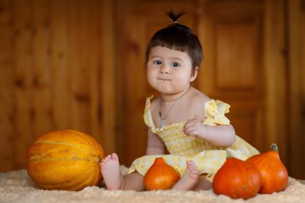 семейный и детский фотограф - девочка с тыквами